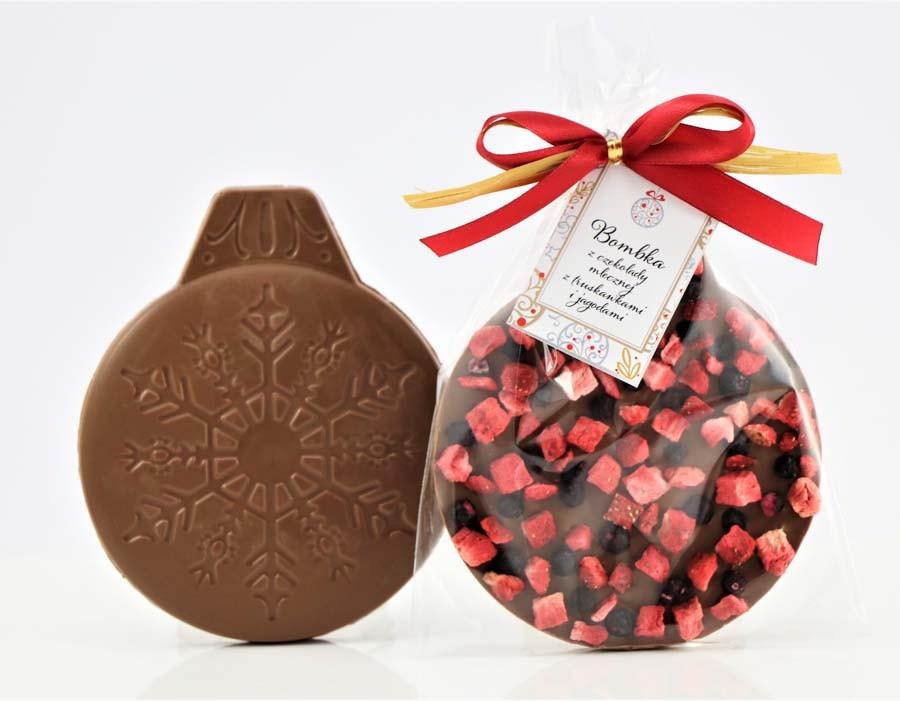 Bombka z czekolady mlecznej 33,6% z truskawkami i jagodami